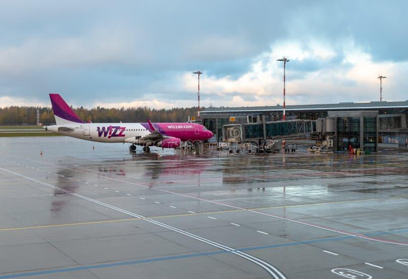 Wizz Air-Vliegtuigenvoorbereiding voor vertrek in de Internationale Luchthaven van Riga royalty-vrije stock afbeelding