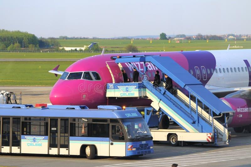 WIZZAIR Airbus A320 Einstieg lizenzfreie stockfotos