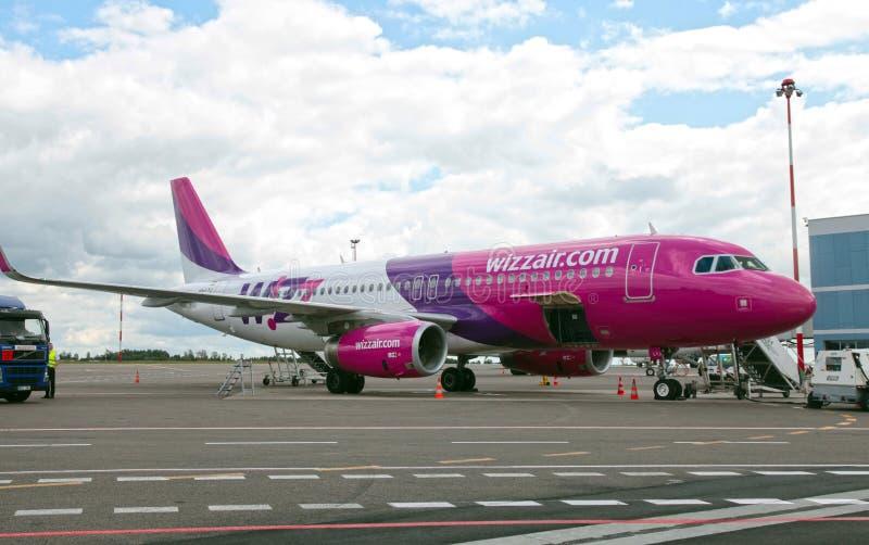 Wizzair-Fluglinie Airbus-Flugzeug an Vilnius-Flughafen stockfotos