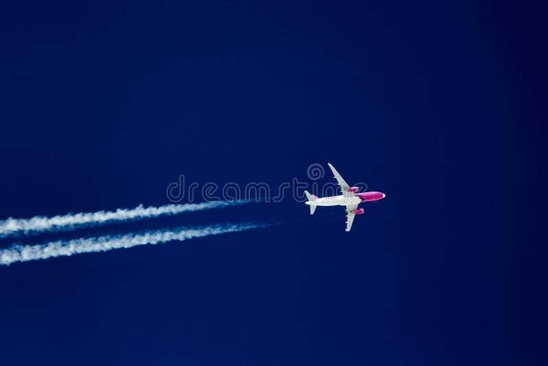 Wizzair samolotu latająca wysokość w niebie obrazy stock