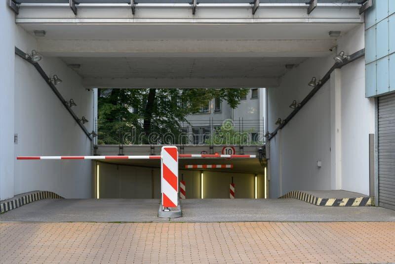 Wjazd i wyjazd z barierą do podziemnego garażu zdjęcia stock