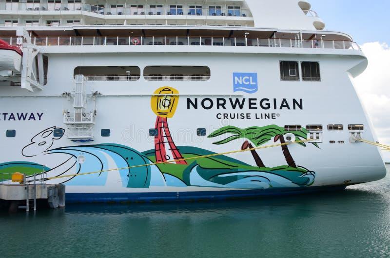 Wjazdu statek wycieczkowy Przy żniwa Caye wyspą zdjęcie royalty free
