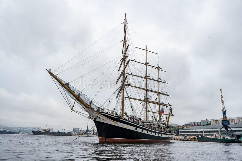 Wladiwostok, Primorsky Krai Russland 17. Juni 2019: Segelschiff Pallada im Hafen von Wladiwostok stockbilder