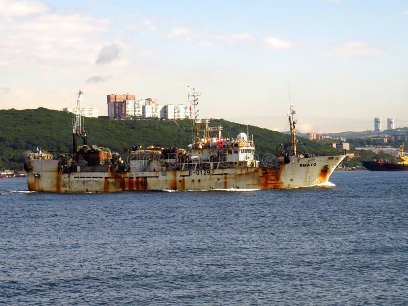 Wladiwostok, Primorsky kray/Russland - 7. September 2018: Altes Fischereifahrzeug Yamato, das Hafen Wladiwostok Krabbenfischen üb lizenzfreies stockfoto