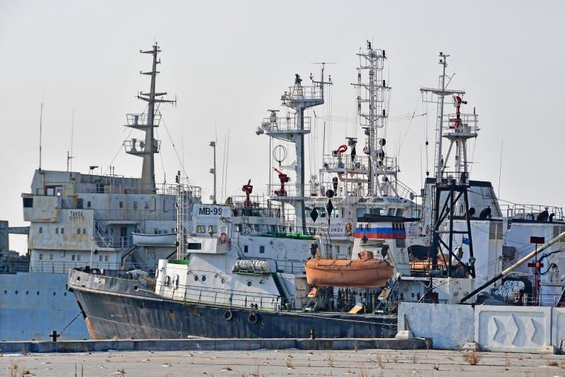 Wladiwostok, Russland, am 19. Januar 2019 Die Schiffe werden im Wasserstand des Schiff Karabelnaya-Dammes in Wladiwostok festgema stockfotos