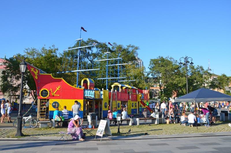 Wladiwostok, Russland, September, 03, 2017 Eltern mit den Kindern, die in den Spielplatz auf Tsesarevitch gehen, promenieren in V stockfoto