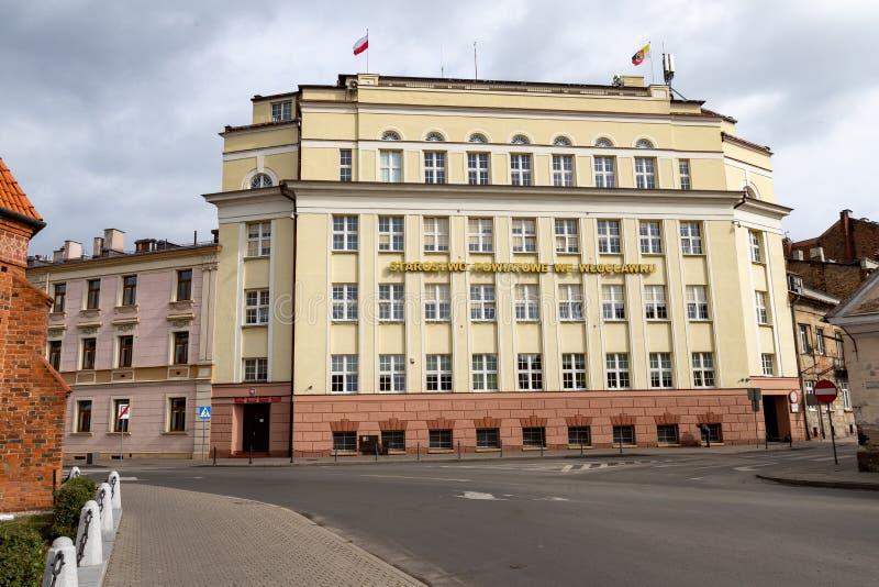 Wlostrik, Kujawsko Pomorskie / Polonia - 2 de octubre de 2019: Edificio de ancianos en el centro de Mista. Gobierno local imágenes de archivo libres de regalías