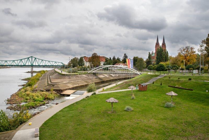 Wlostrik, Kujawsko Pomorskie / Polonia - 2 de octubre de 2019: Puente a través de un gran río cerca de la ciudad. Cruzar para el imágenes de archivo libres de regalías