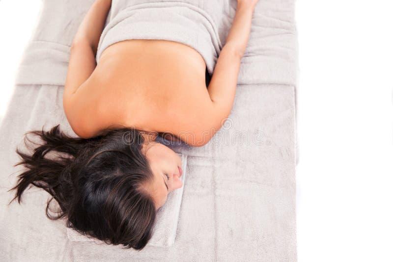 Wman лежа на lounger массажа стоковое изображение rf