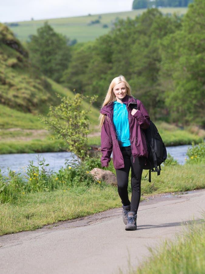 Wman che cammina in Dovedale fotografie stock