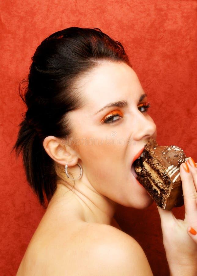 Wman que come la torta, glotonería - los siete pecados mortales imagen de archivo libre de regalías