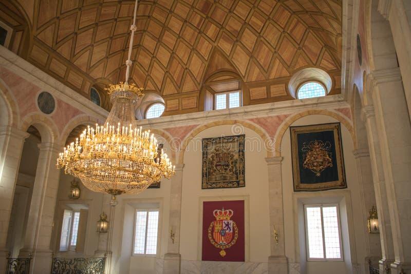 Wnętrze Hiszpański rodzina królewska pałac z kolorowymi osłonami i wielką lampą złoci kolory zdjęcie royalty free