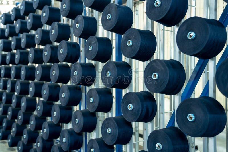 Wnętrze tekstylna fabryka Przędzy produkcja koncepcja przemysłowe fotografia stock