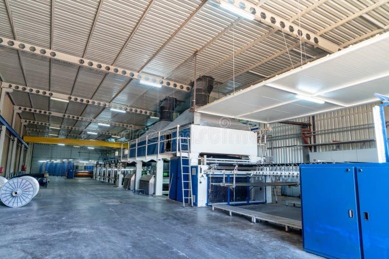 Wnętrze Tekstylna fabryka z automatyzującą maszynerią Pojęcie przemysł i technologia obraz stock