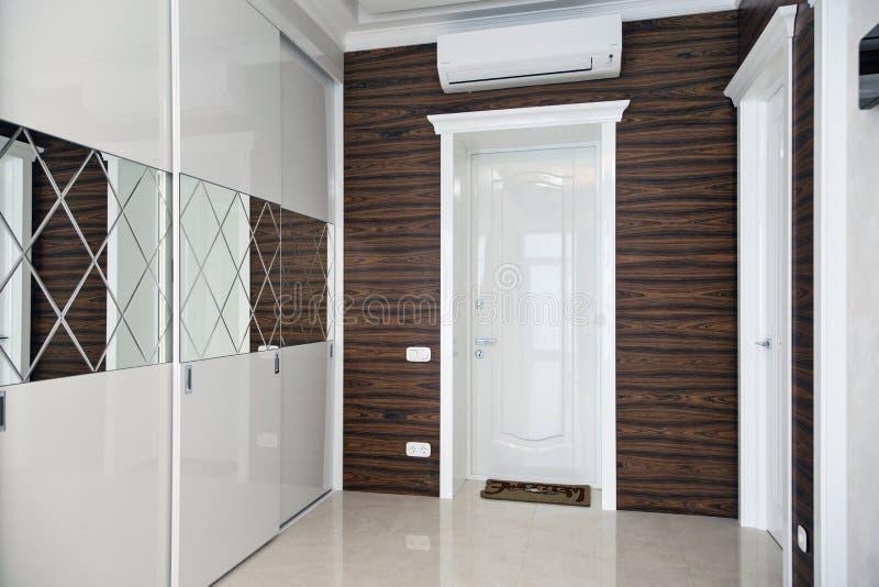 Wnętrza chałupa: wejściowa sala z białym meble obrazy stock