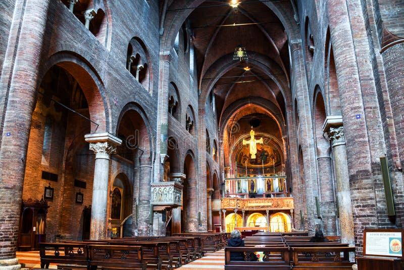 Wnętrza katedra - Rzymskokatolicki romańszczyzna kościół w Modena, Włochy zdjęcia stock