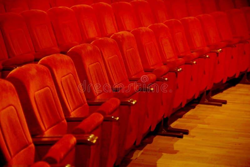 Wnętrza opróżniają czerwonawych kinowych krzeseł siedzenia w skromnym indoors obraz stock