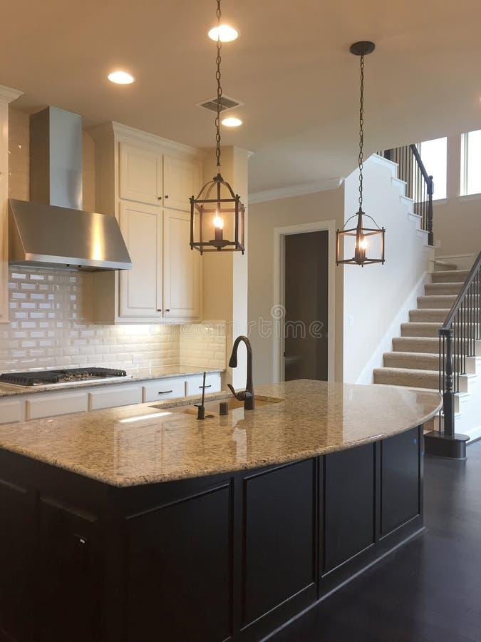 Wnętrze ładna nowożytna kuchnia nowy dom fotografia stock