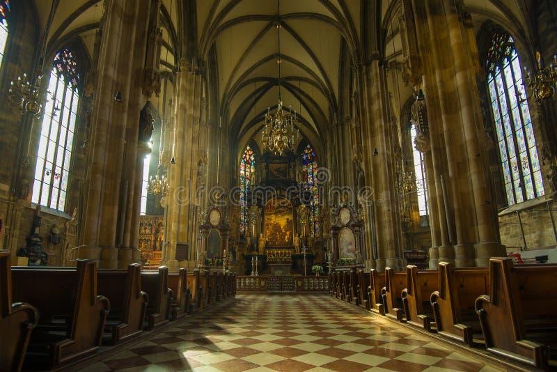 Wnętrze średniowieczna katolicka katedra Świątobliwy Stephen, Wiedeń obraz stock