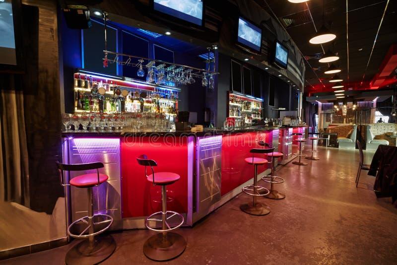 Wnętrze bar w pociemniałym świetle obraz stock