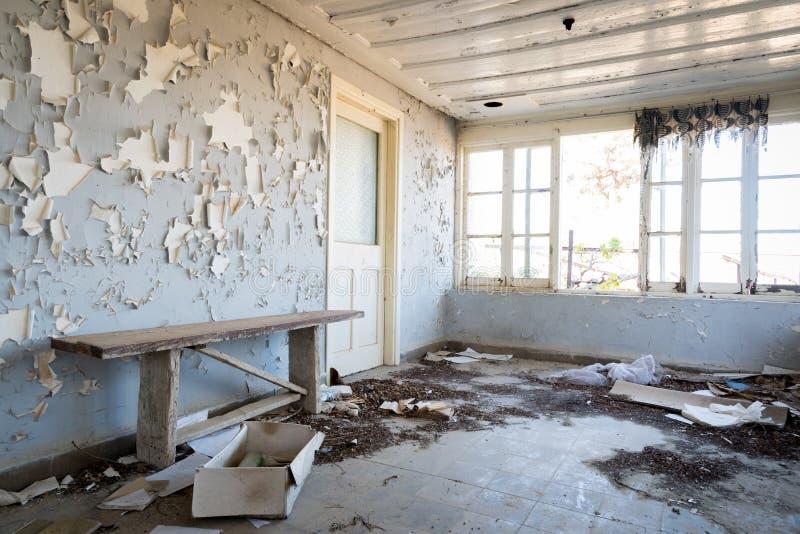 Wnętrze brudny opróżnia zaniechanego pokój zdjęcie royalty free