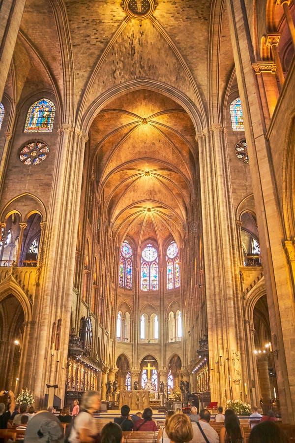 WNĘTRZE, gothic i sugestywnymi łukami i iluminować kryptami Notre Damae katedra z Paryż, FRANCJA, Sierpień - 16, 2018 - obraz stock