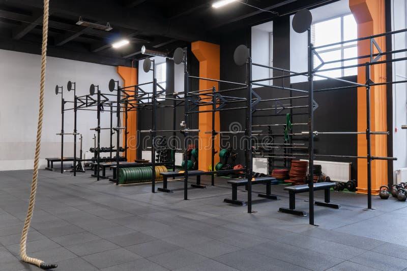 Wnętrze gym dla sprawność fizyczna treningu z horyzontalnym barem, barbells i arkaną, obrazy stock