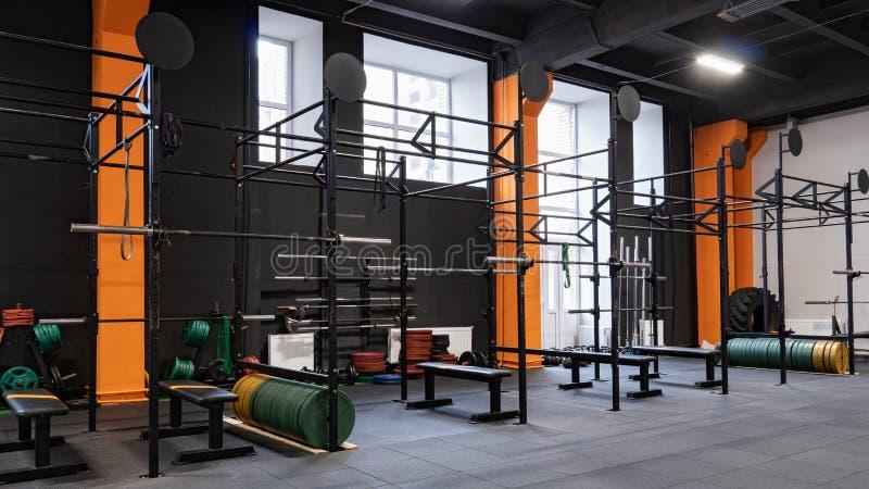 Wnętrze gym dla sprawności fizycznej szkolenia z horyzontalnym barem i barbells obraz royalty free