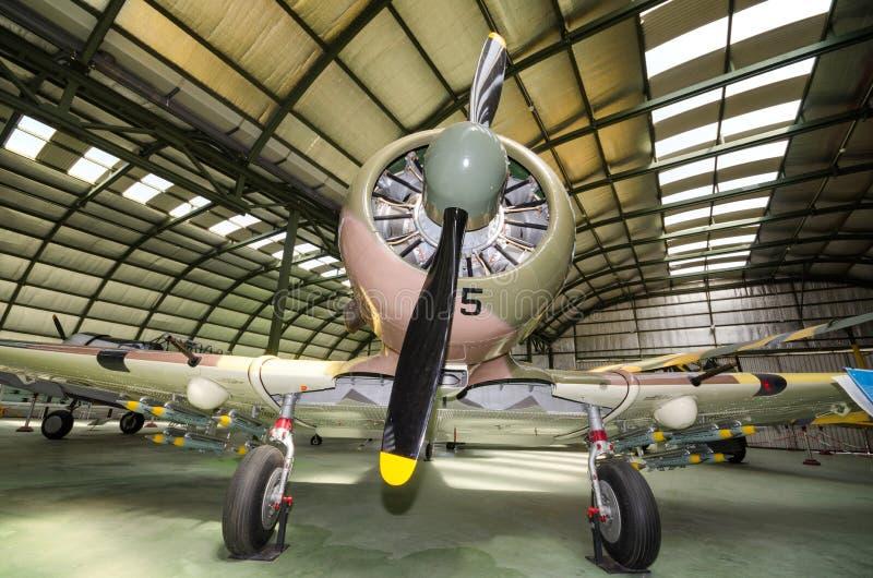 Wnętrze hangar z niektóre rzadkimi rocznika interceptor samolotami zdjęcia royalty free