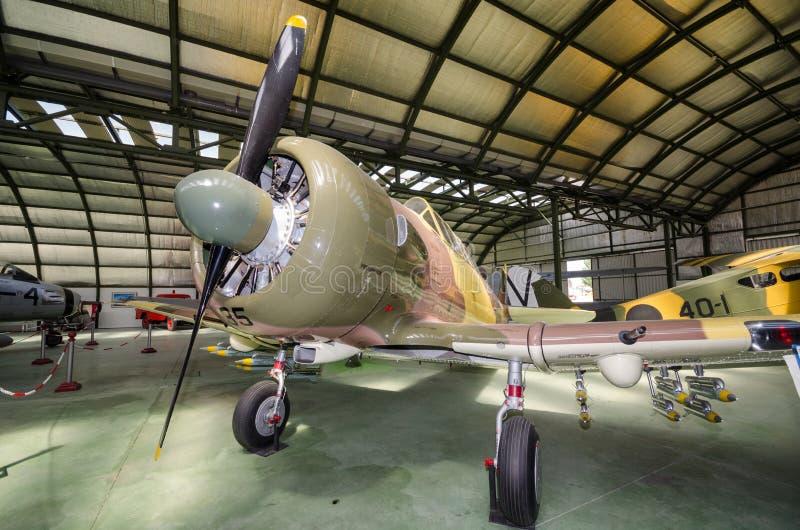 Wnętrze hangar z niektóre rzadkimi rocznika interceptor samolotami zdjęcia stock