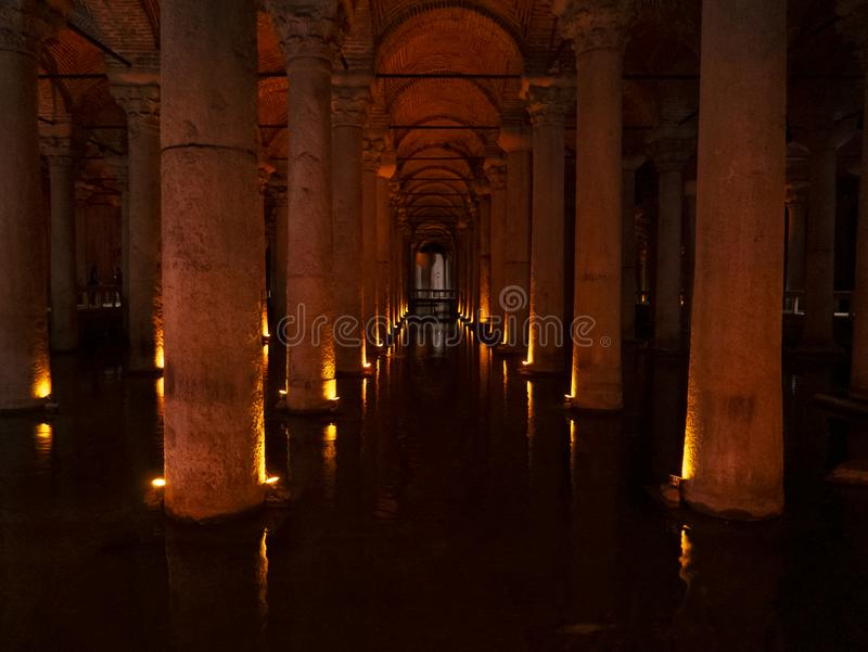 Wnętrze iluminujący z pomarańcze barwiącą bazyliki spłuczka zaświeca obrazy royalty free