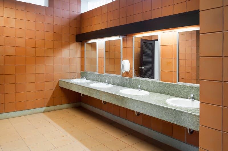 Wnętrze jawna czysta toaleta w podzielonej toalecie tam jest szerokim wyborem obrazy royalty free