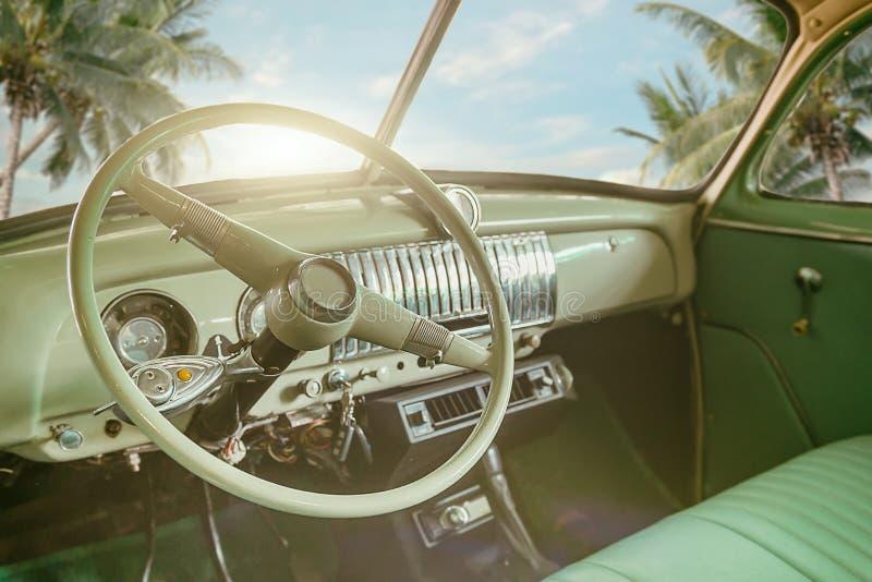 Wnętrze klasyczny rocznika samochód - parkujący nadmorski zdjęcie royalty free
