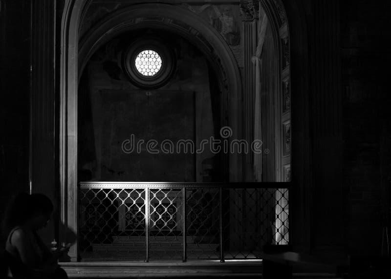Wnętrze kościół w ciemnawym świetle zdjęcie stock