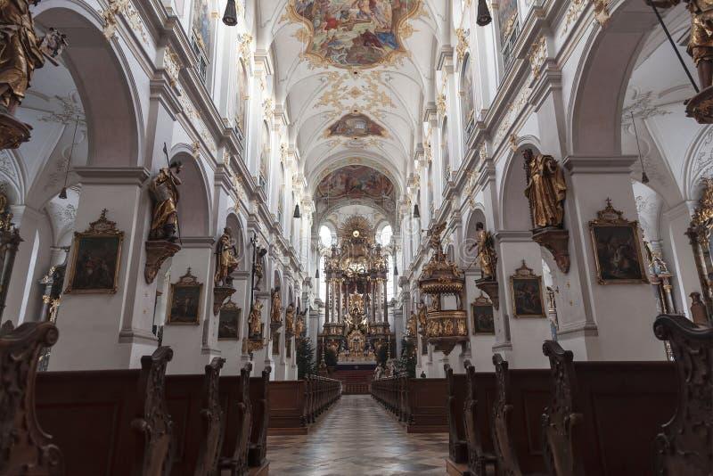 Wnętrze Kościoła Świętego Piotra w Monachium, Bawaria zdjęcia stock