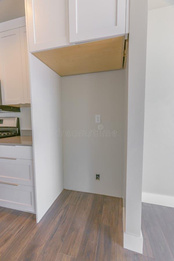 Wnętrze kuchnia z wiszącym gabinetem nad pusty chłodziarka alkierz zdjęcie royalty free