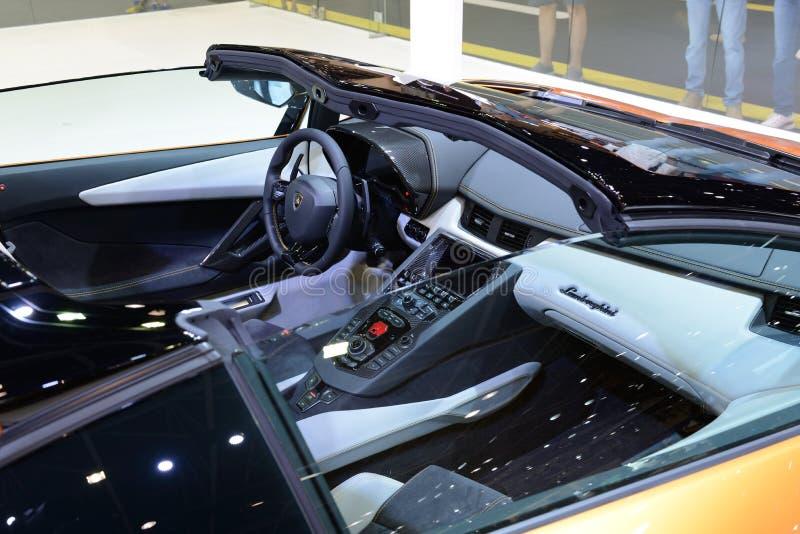 Wnętrze Lamborghini Aventador S terenówka sportscar jest na Dubaj Motorowym przedstawieniu 2017 obraz stock