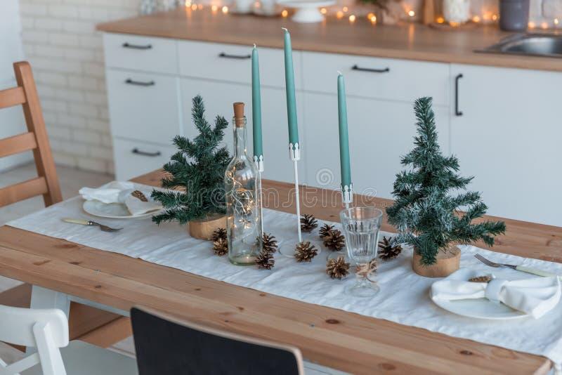 Wnętrze lekka kuchnia z bożymi narodzeniami wystrój i drzewo zdjęcie stock