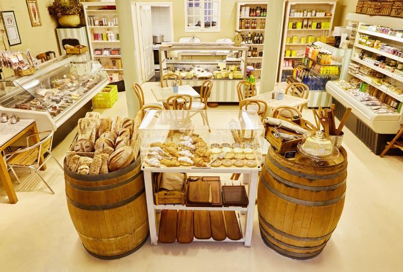 Wnętrze lokalna knajpa z chleba displaye i garmażeria fotografia stock