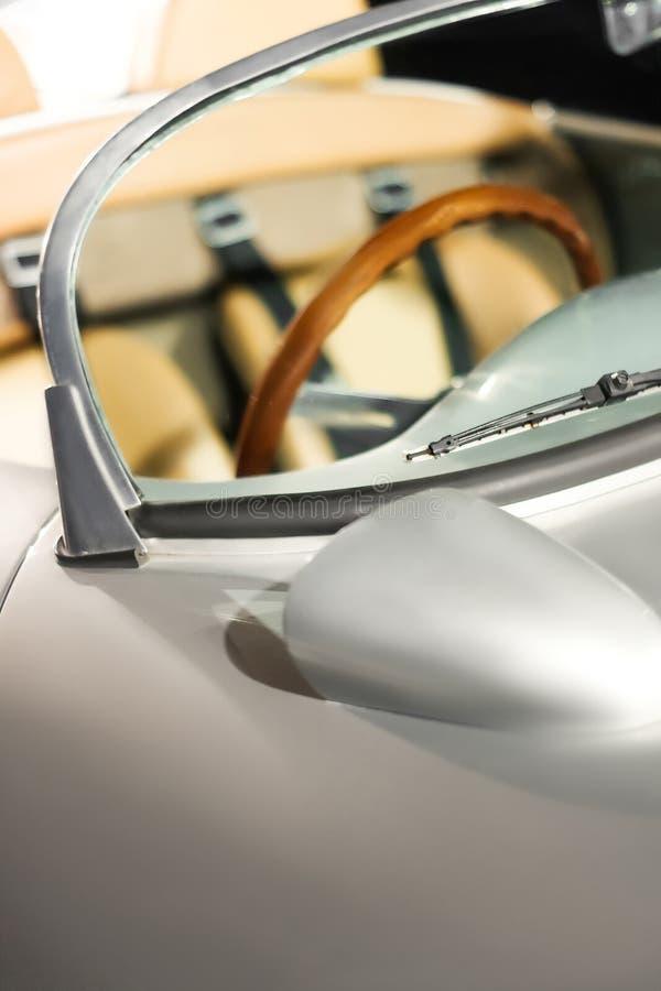 Wnętrze luksusowy rocznika samochód Sporta kabrioletu samochód obraz stock