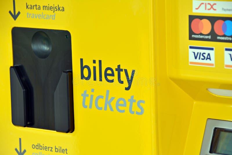 Wnętrze miasto autobus Ricket validator i biletowe sprzedaże maszynowi obrazy stock