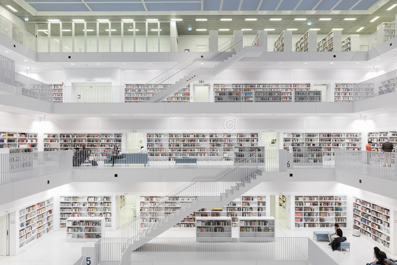 Wnętrze najwięcej futurystycznej biblioteki w bielu z schodami obraz stock