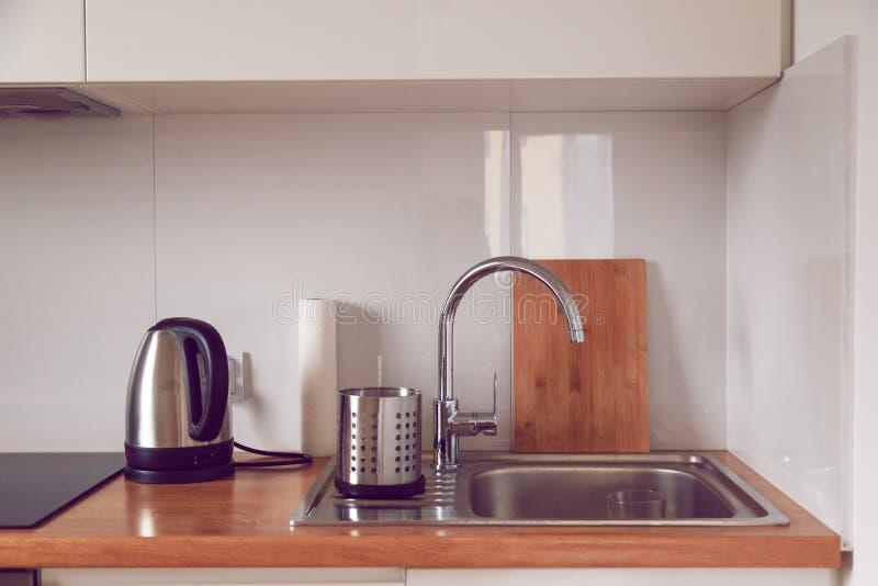Wnętrze nowożytna elegancka kuchnia w minimalisty lub scandinavian stylu Faucet, zlew, tnąca deska obraz stock