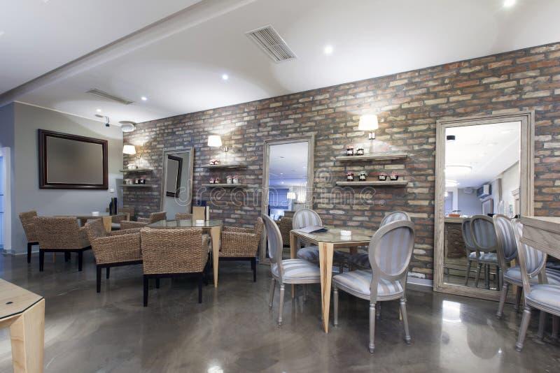 Wnętrze nowożytna hotelowa kawiarnia z kamienną ścianą fotografia stock