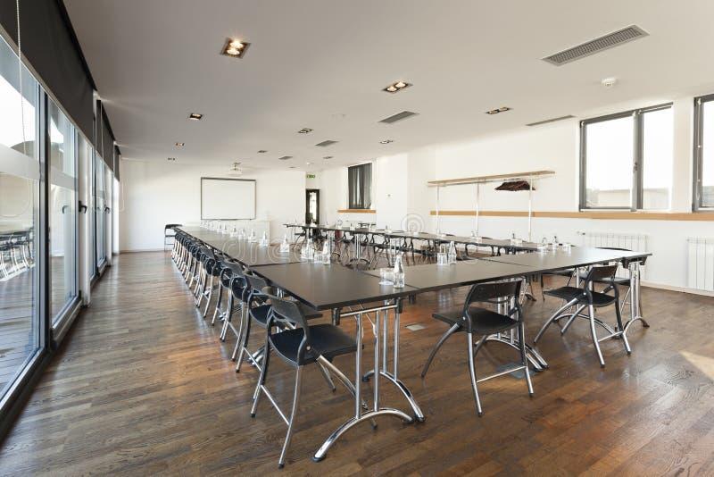 Wnętrze nowożytna jaskrawa sala konferencyjna fotografia stock