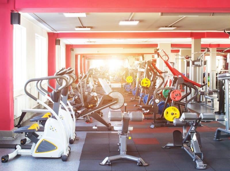 Wnętrze nowożytny, nowy gym z nowym wyposażeniem dla palić i, słońce, freeweights obraz royalty free