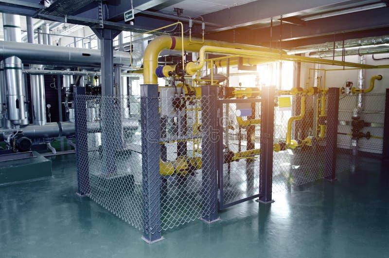Wnętrze nowożytny przemysłowy benzynowy kotłowy pokój Rurociąg, pompy wodne, klapy, manometry obrazy royalty free