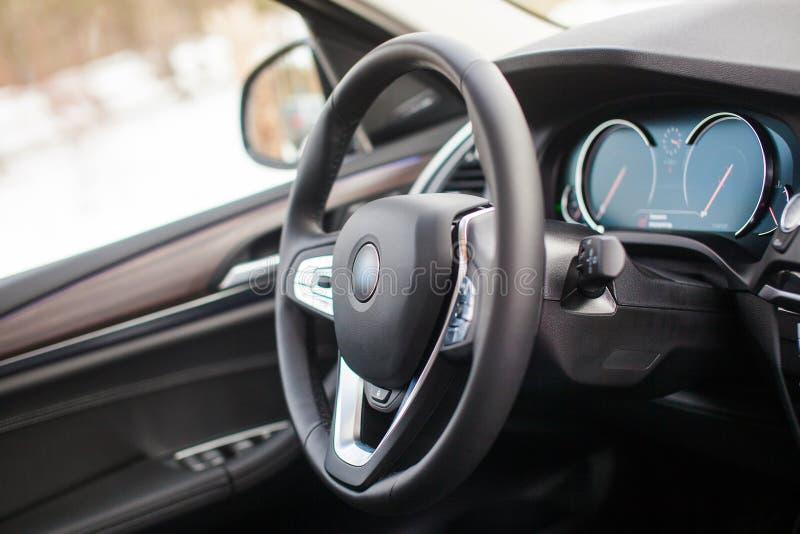 Wnętrze nowożytny samochód osobowy z rzemiennym wnętrzem i drewnianymi wszywkami zdjęcie royalty free