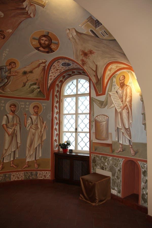 Wnętrze, ołtarz, ikony, frescoes, chrzestna chrzcielnica w starym rosyjskim tradycyjnym ortodoksyjnym kościół, royalty ilustracja