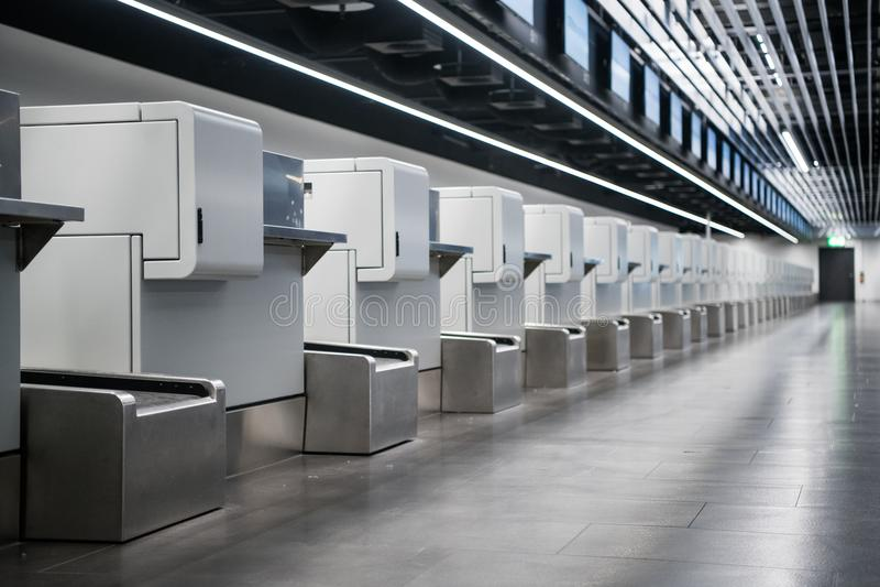 Wnętrze odprawa teren w nowożytnym lotnisku: bagaż akceptuje terminale z bagażem obchodzi się pasowego konwejeru systemy zdjęcie royalty free